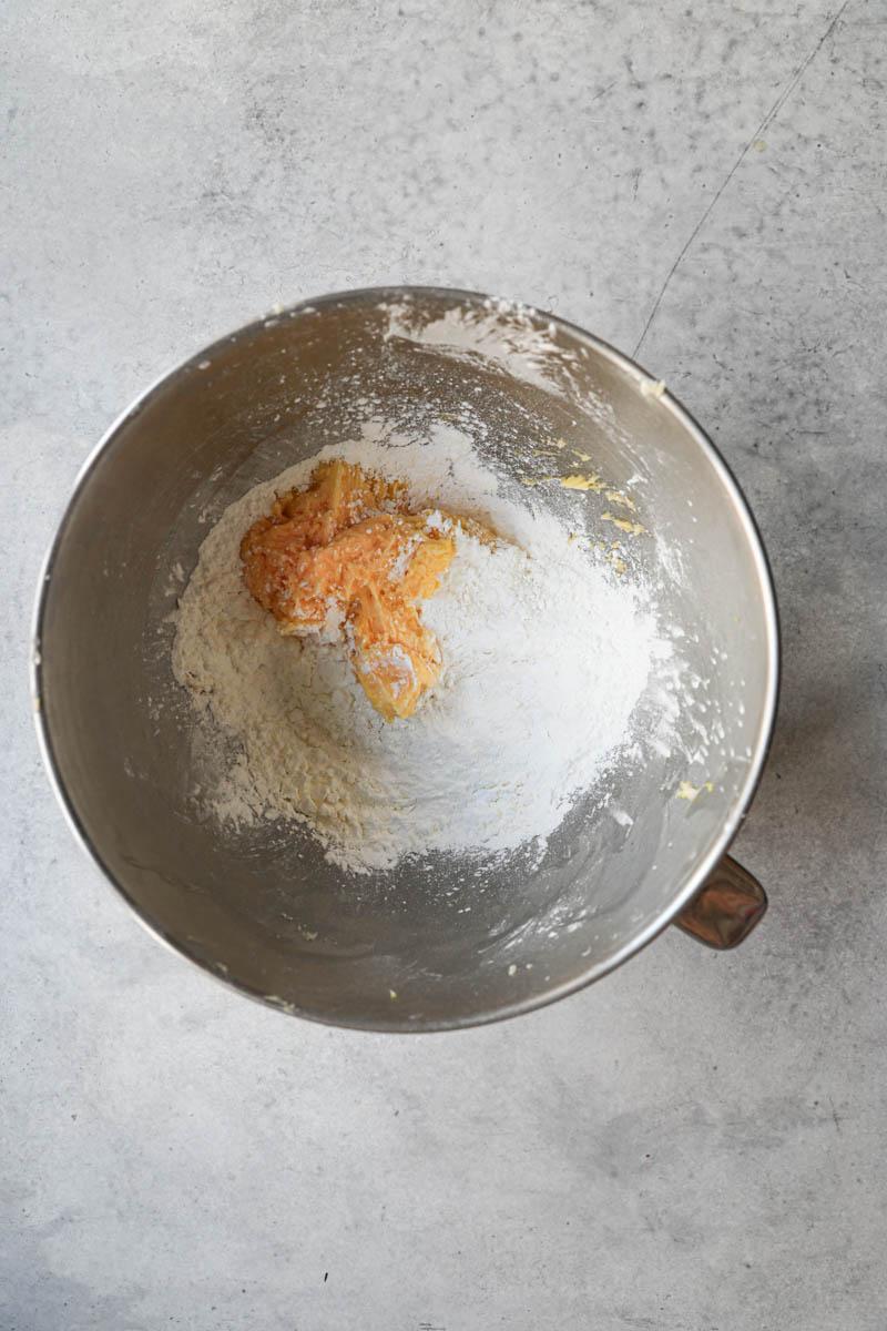 La masa de los alfajores de maicena más el resto de los ingredientes secos en un bol.