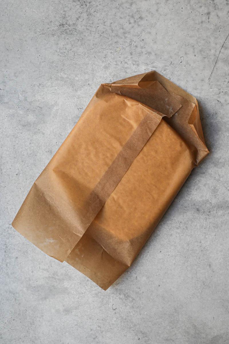 La masa de alfajores de maicena envuelta en papel vegetal.