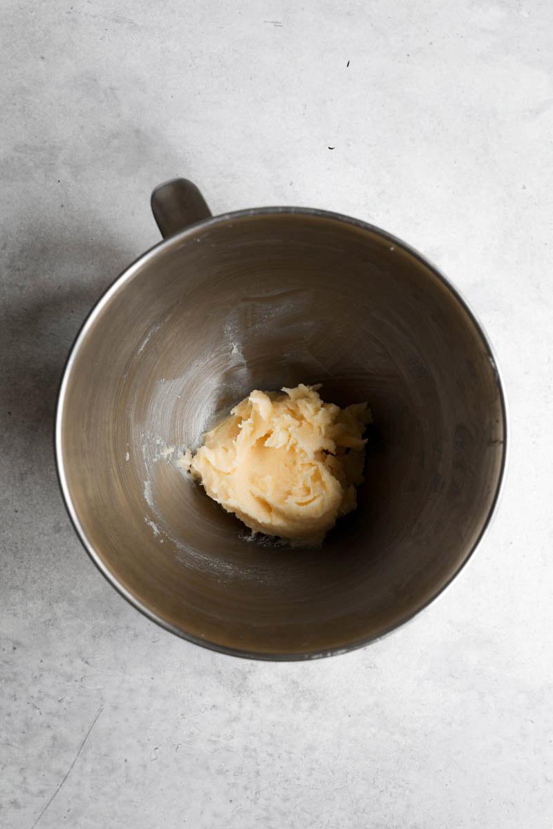 Un bol con manteca, azúcar y miel.