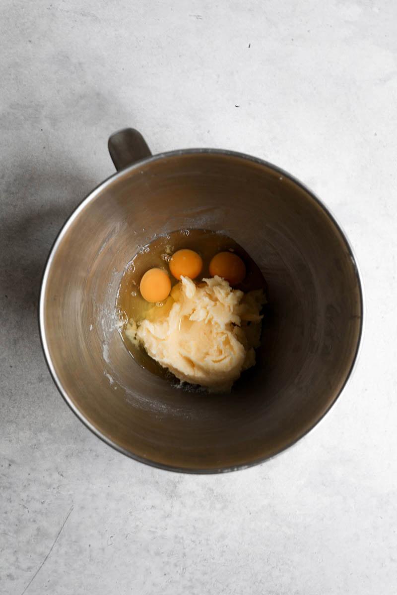 Un bol con la masa para el bizcocho mas los huevos.