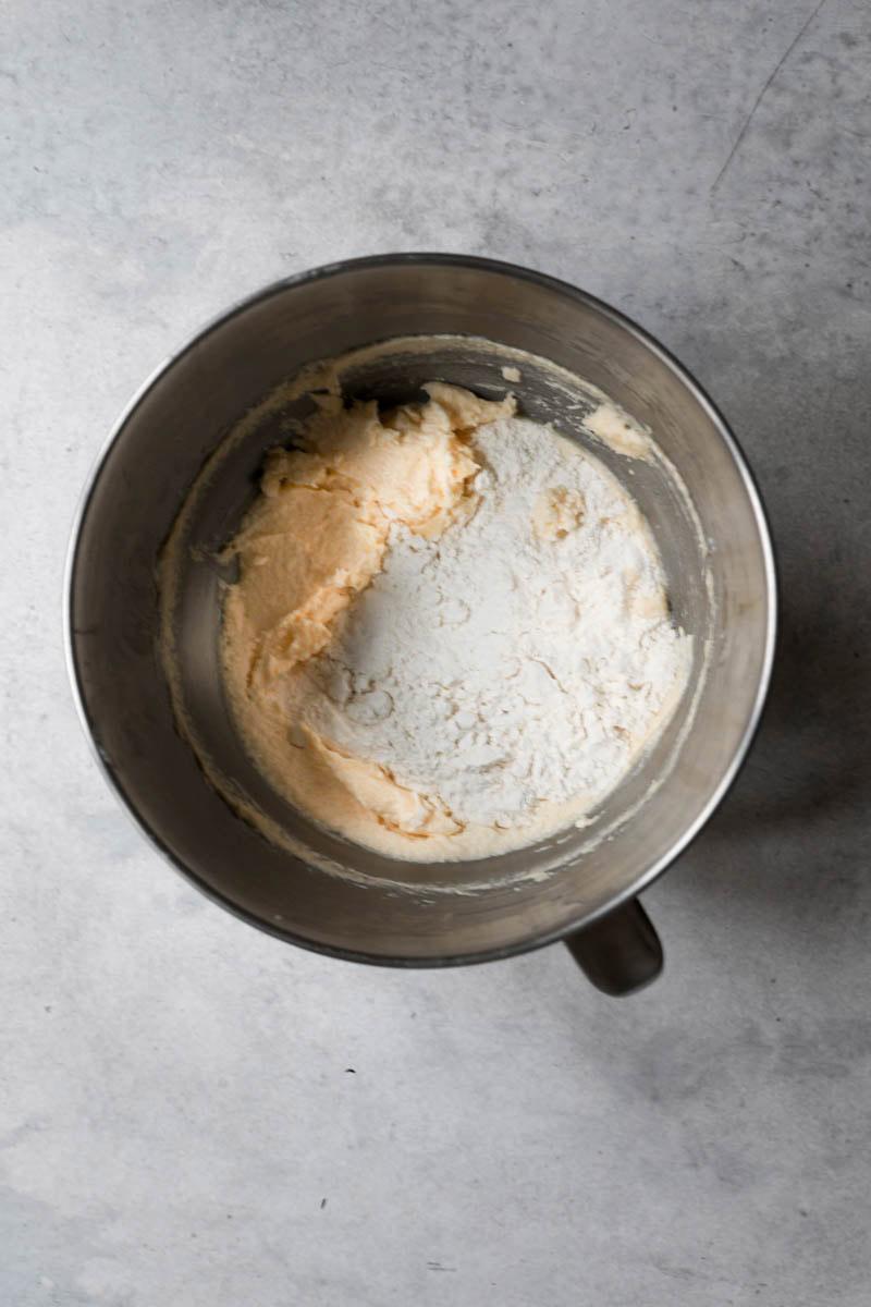 Masa de bizcocho en un bol más la harina.
