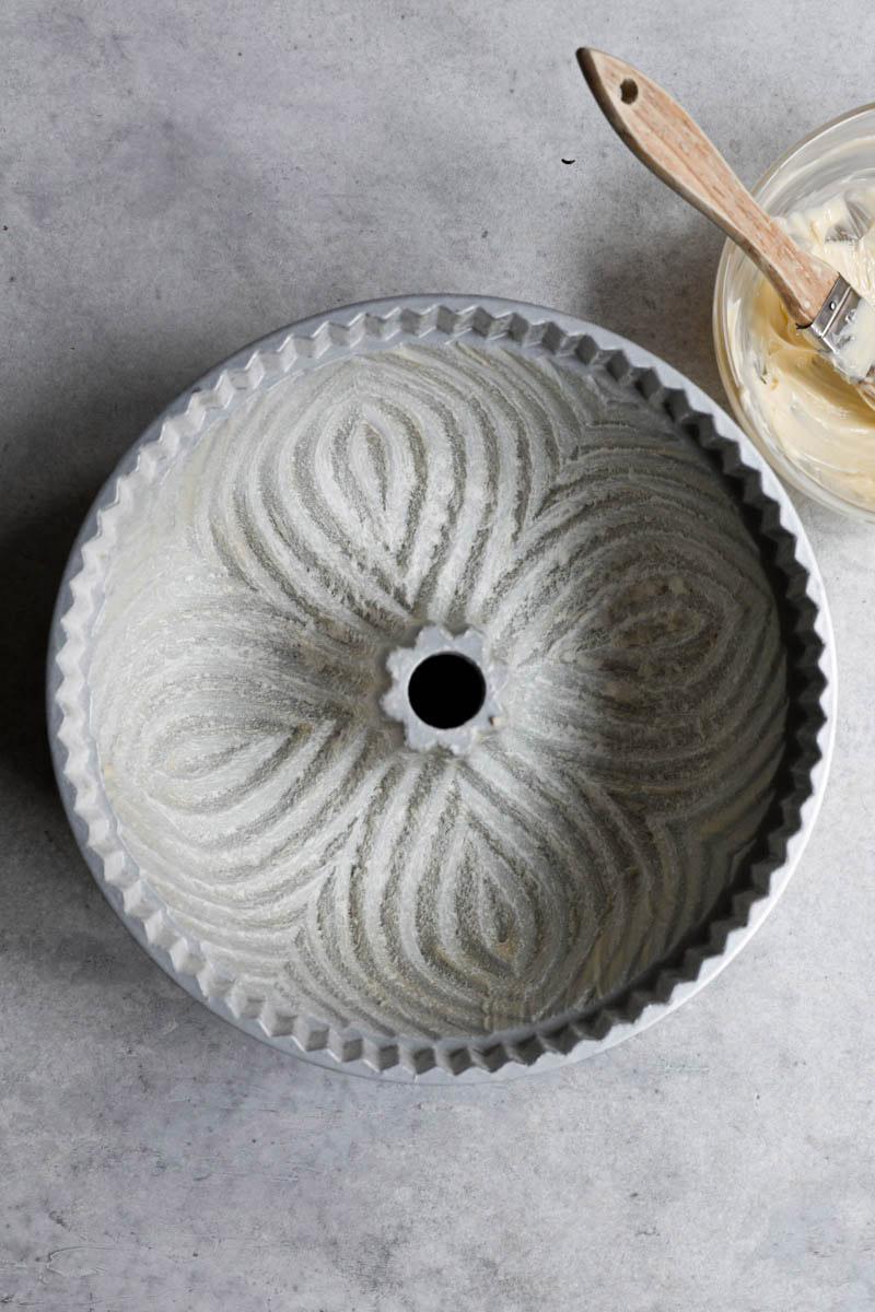 El molde para bizcocho bundt enmantecado y enharinado.