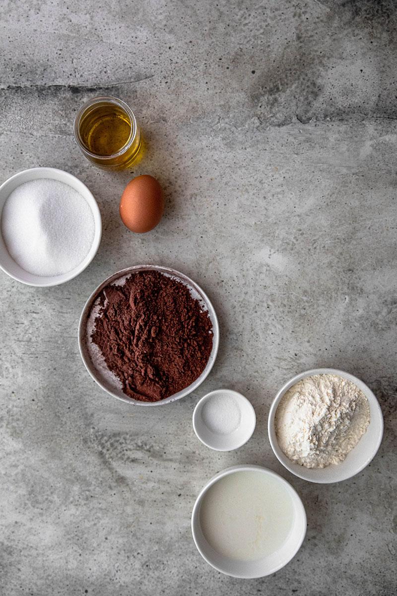 Plano aéreo de los ingredientes para realizar el bizcocho de chocolate
