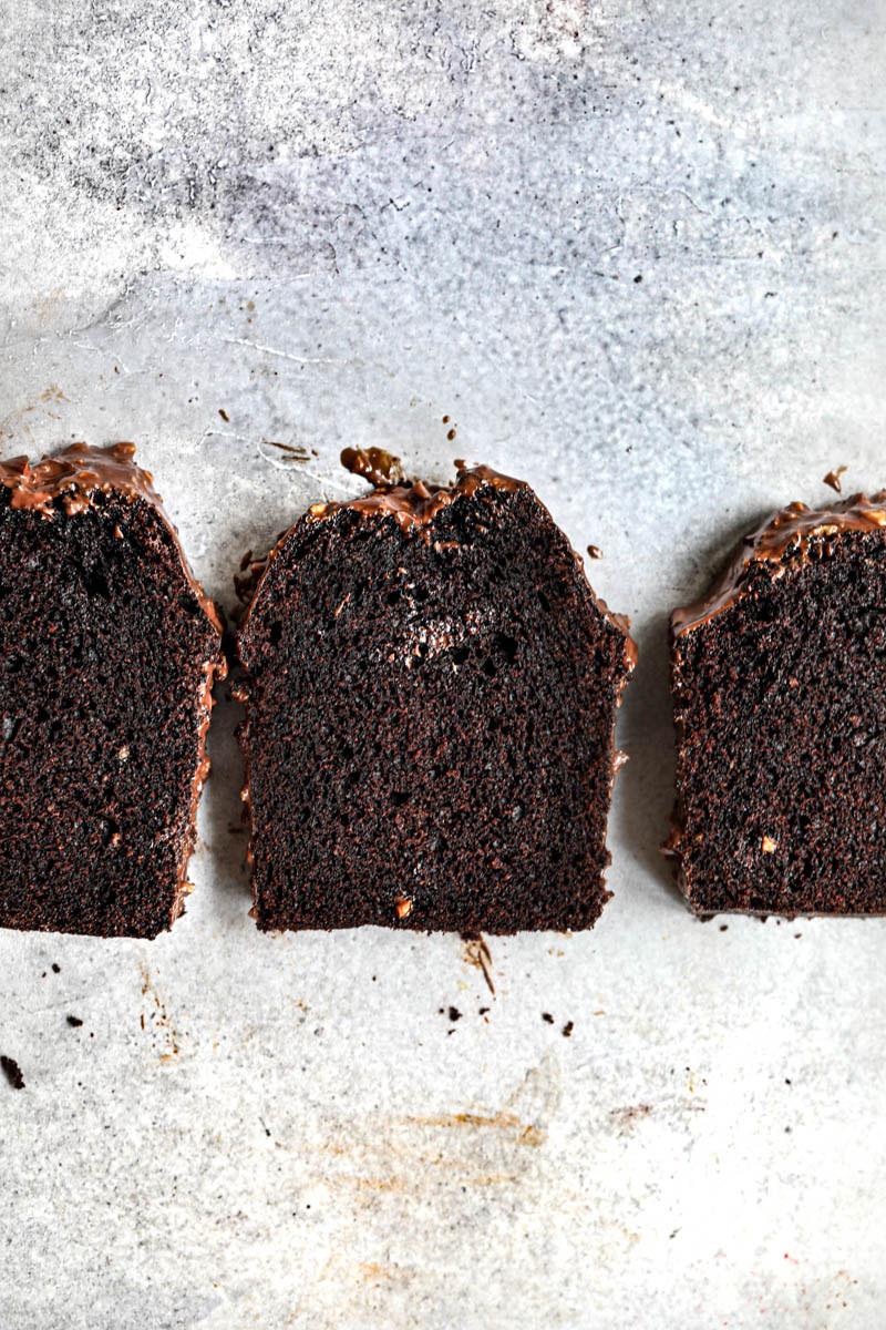 3 rodajas de bizcocho de chocolate húmedo vistas desde arriba