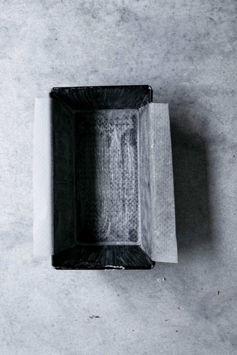 Molde engrasado y forrado con papel manteca.