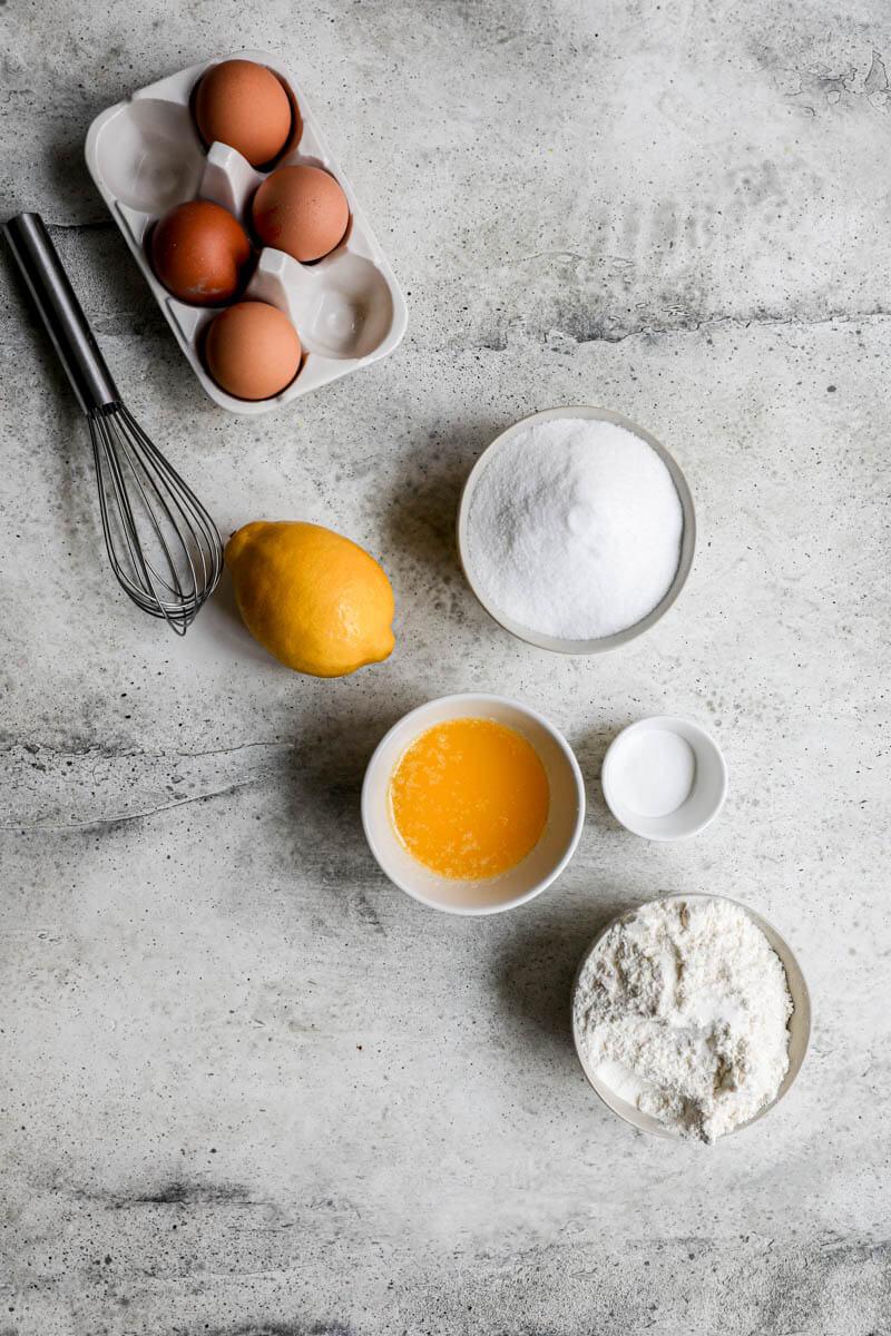 Plano aéreo de los ingredientes para el budín de limón