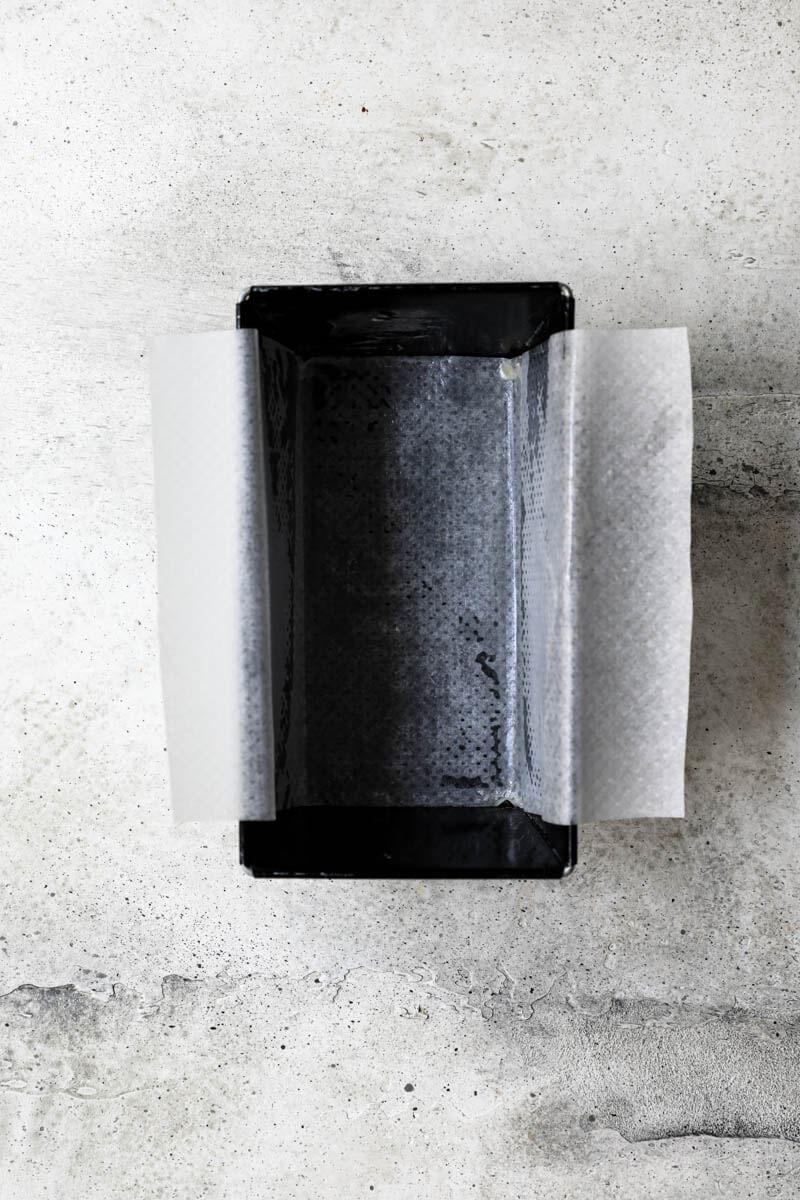 Plano aéreo del molde para budín forrado con papel manteca
