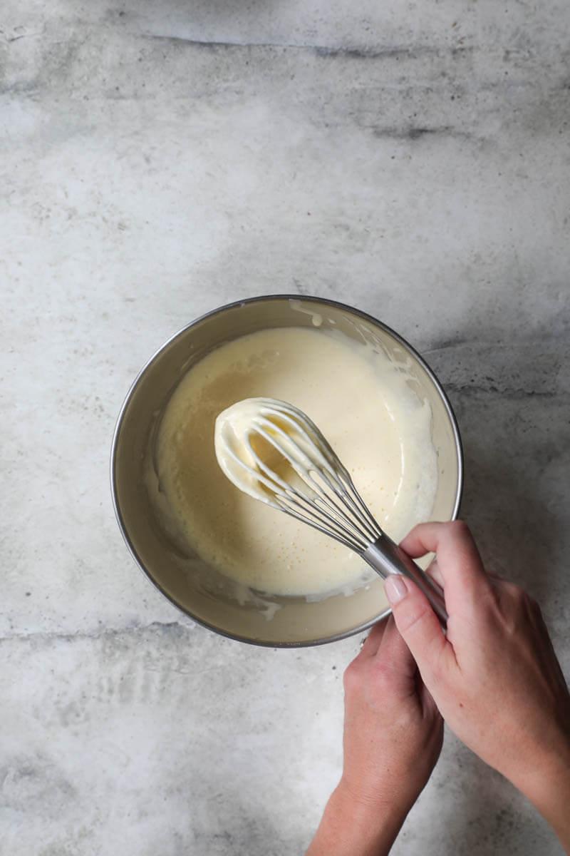 Plano aéreo de los huevos y el azúcar cremados