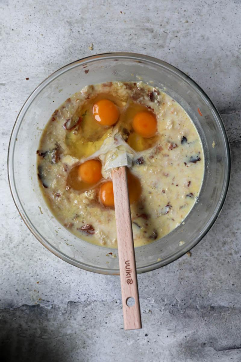 Bol con panettone, leche, huevos y ralladura de limón