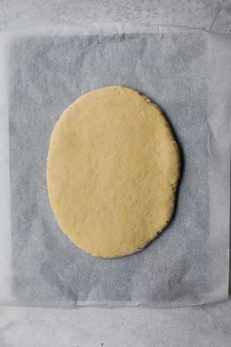 La masa de los buñuelos estirada a ½ cm