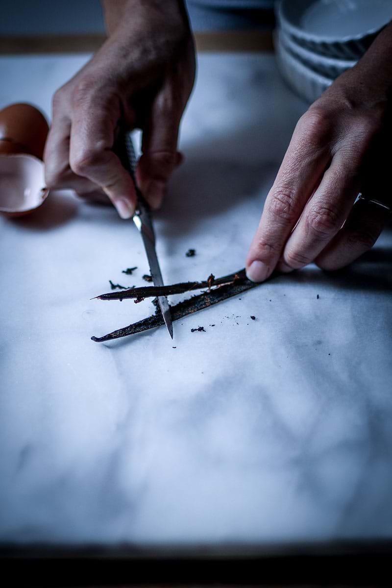 Abriendo una vaina de vainilla con un cuchillo