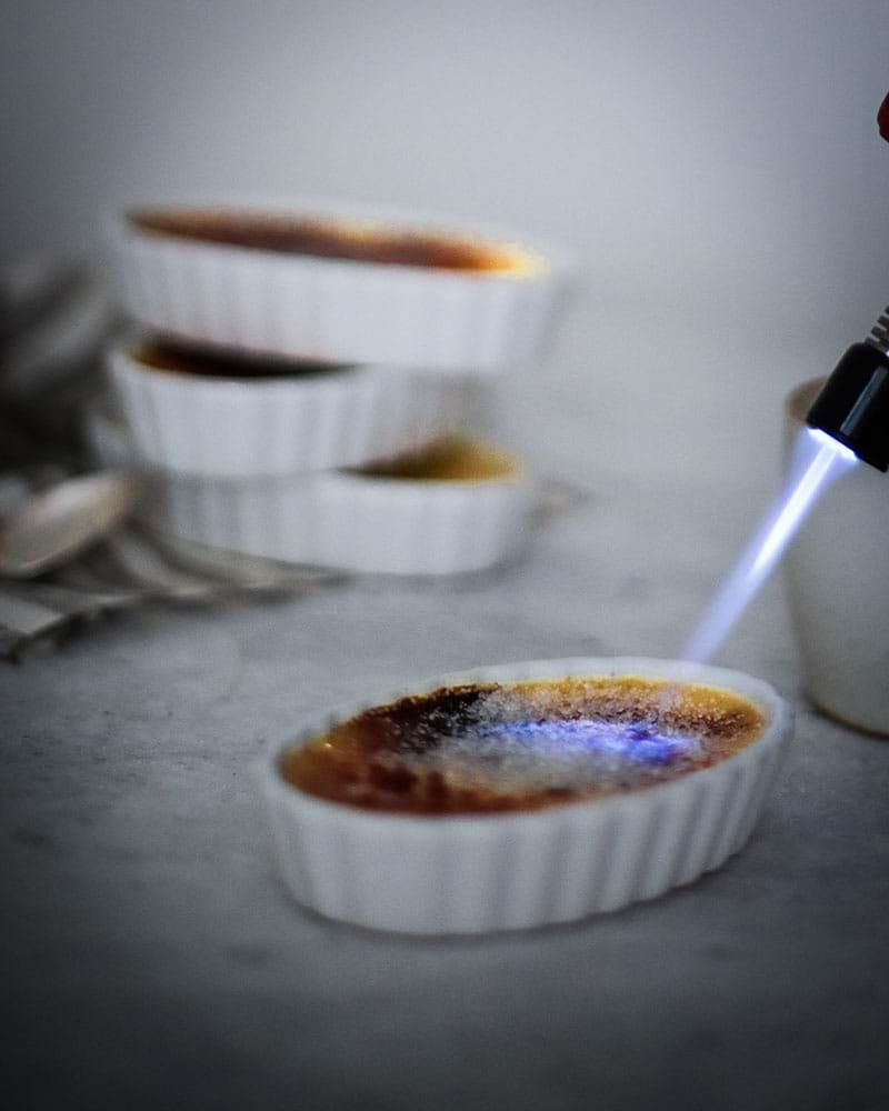 Caramelizando la creme brûlée con soplete