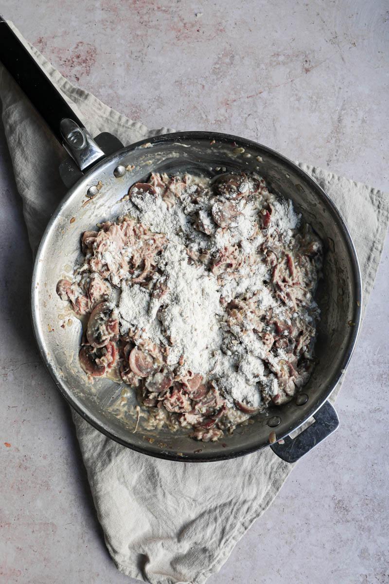 El relleno de pollo y champiñones con la harina espolvoreada x encima.