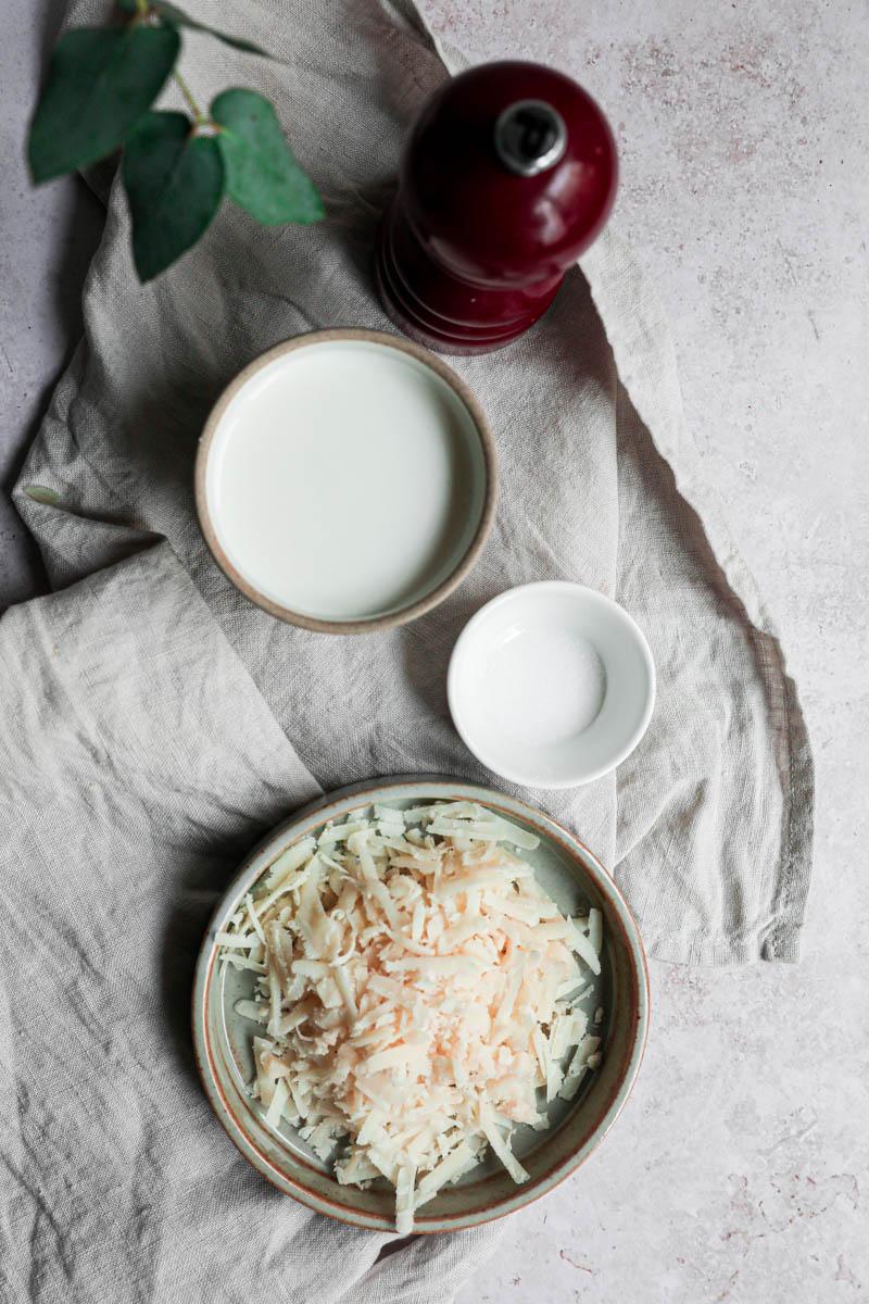 Ingredientes para la crema de parmesano.
