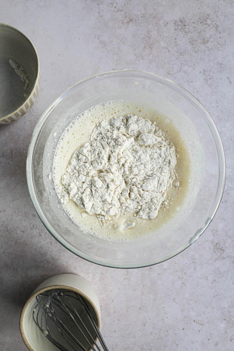 Un bol con la leche, huevos y la harina dentro del bol, para realizar la masa de crepe.