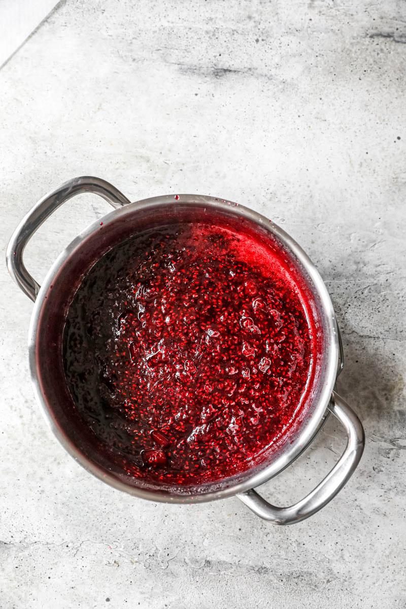 La mermelada de frambuesa lista dentro de la cacerola.