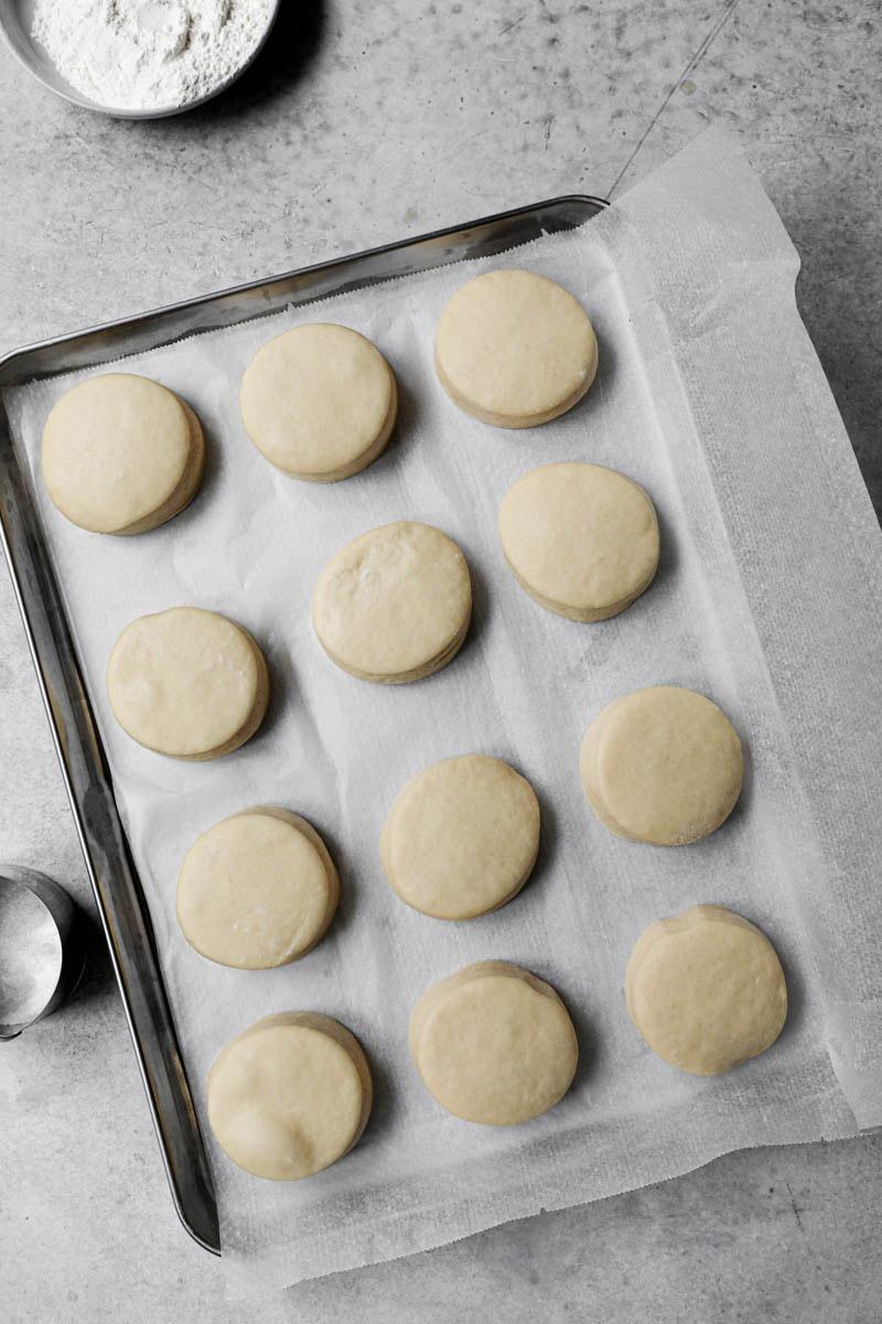 Los donuts levados sobre la placa para horno.