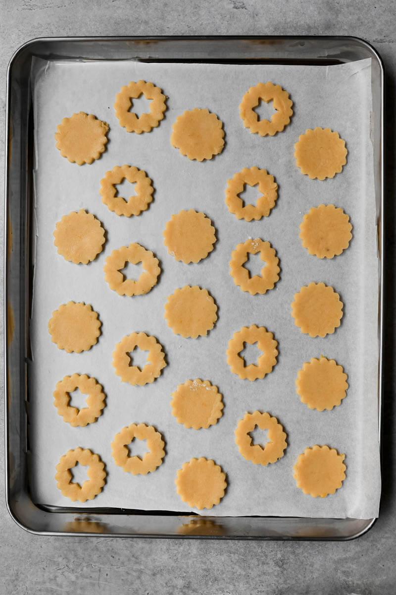 Las galletas de almendras sobre la placa listas para hornear