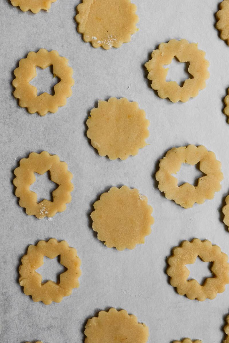 Primer plano de las tapas de galleta de almendra