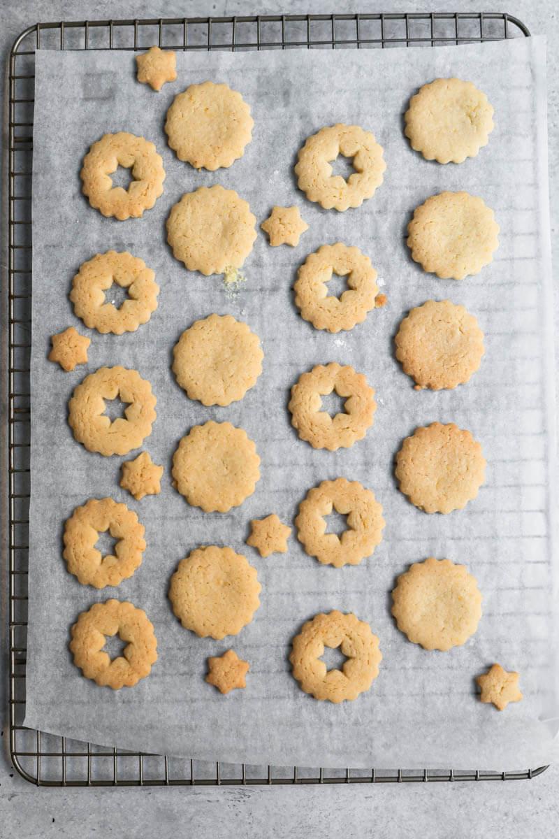 Las galletas de almendra horneadas sobre una rejilla