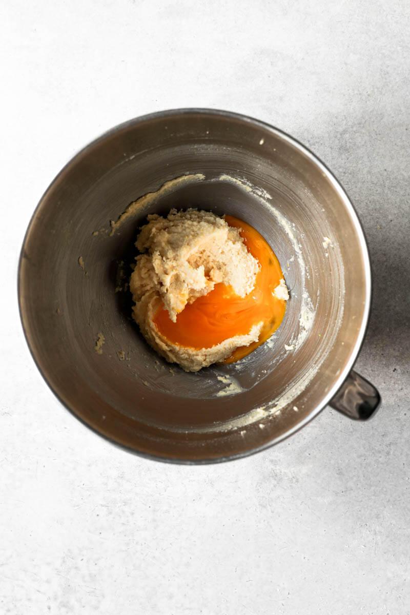 Bol con masa para galleta más la yema de huevo