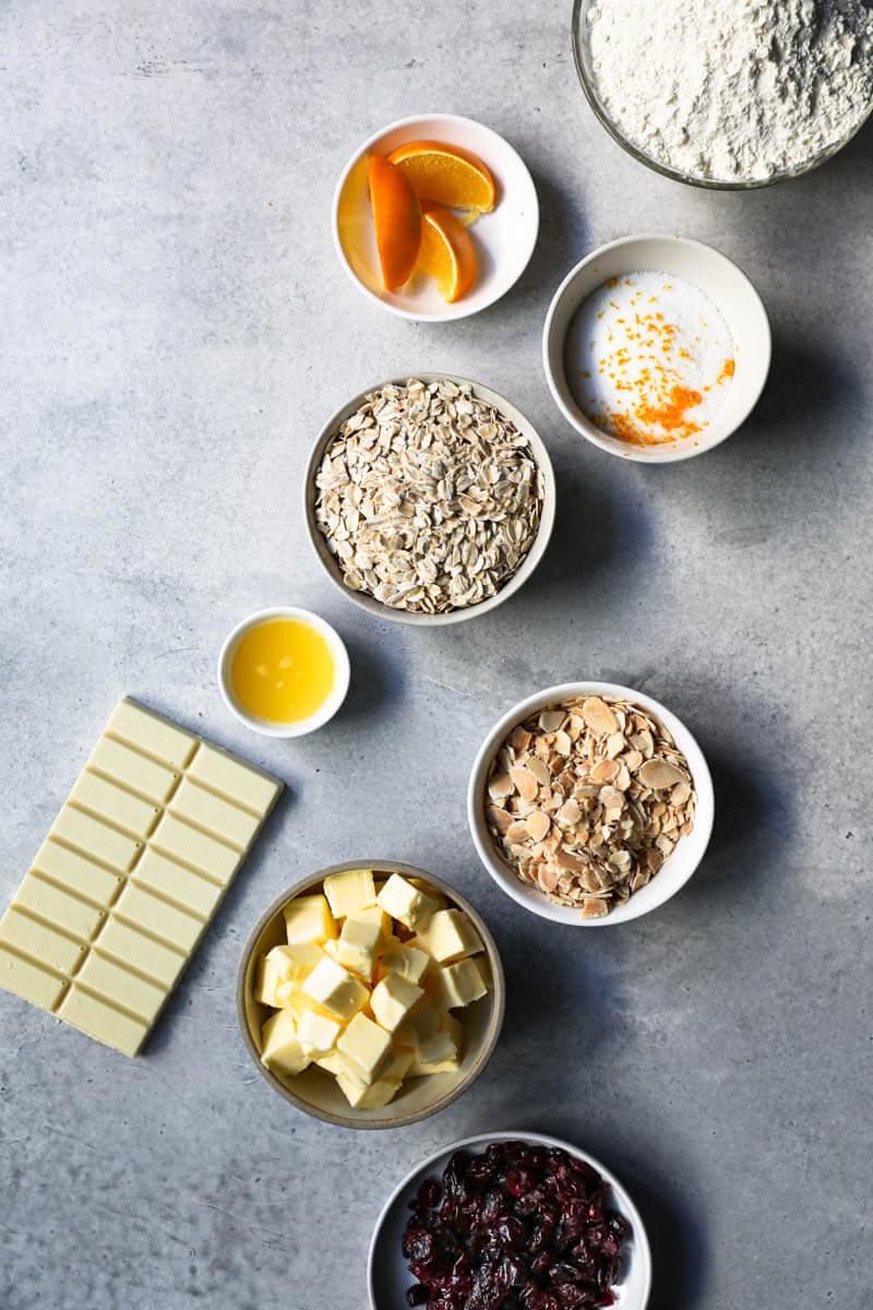 Los ingredientes para hacer las galletas de avena y chocolate blanco