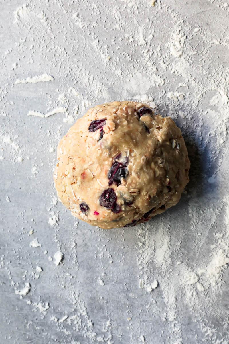 La masa de las galletas de avena sobre la mesada enharinada