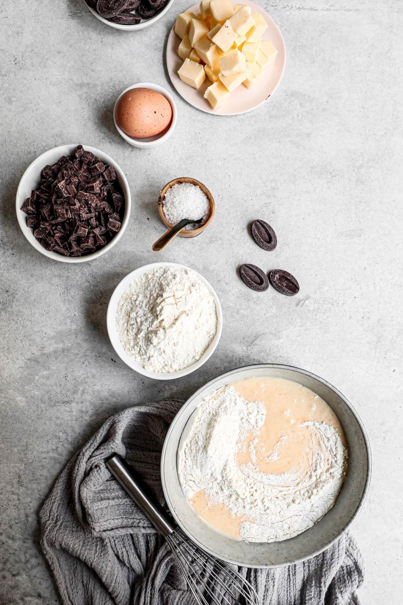 Plano aéreo de los ingredientes para las galletas con pepitas de chocolate