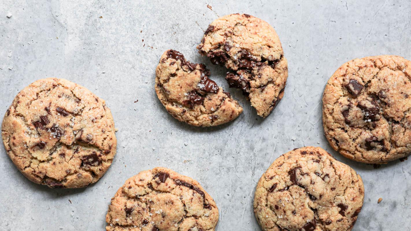 Plano aéreo de las cookies horneadas con una de ellas partida al medio