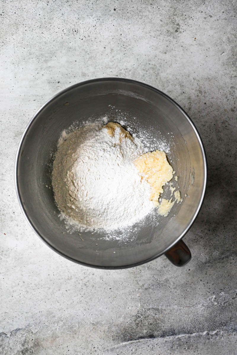 Un bol con la masa más la harina