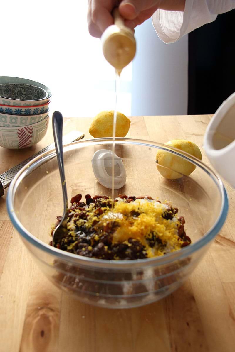 Haciendo el granola casero: agregando la miel en forma de hilo