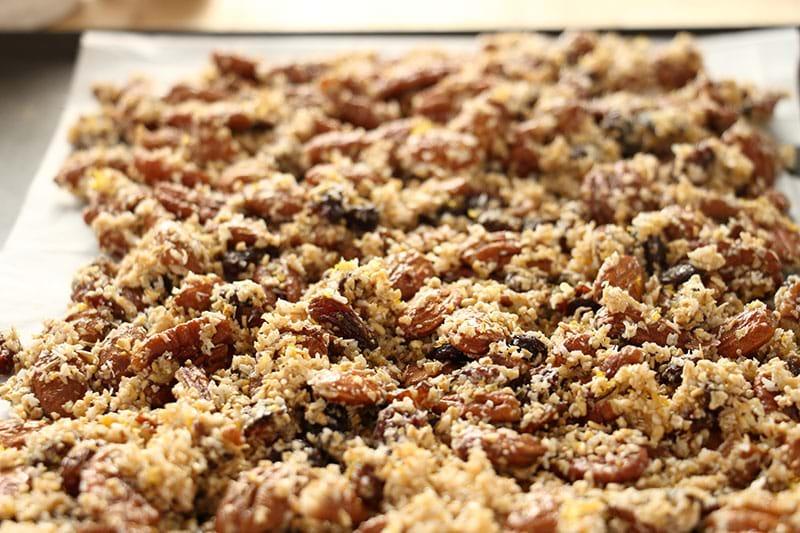 Plano de 45° del granola sobre una placa listo para el horno