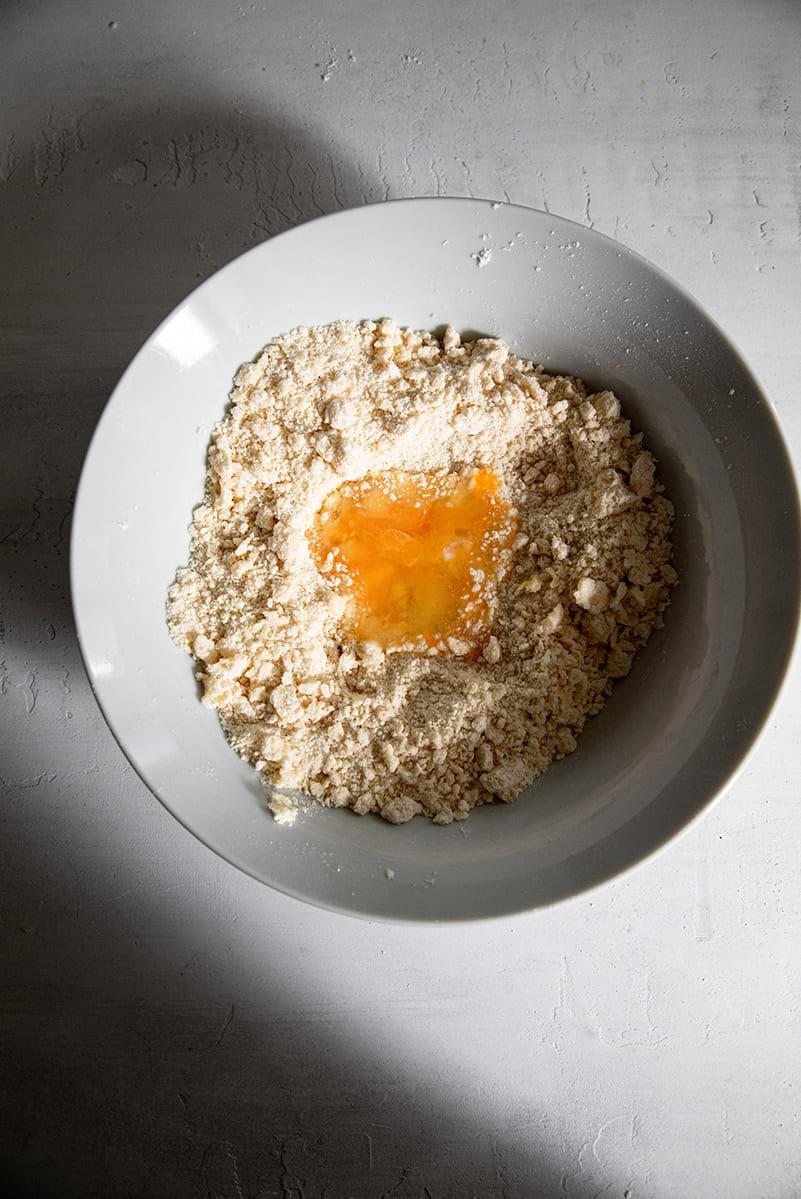 Plano aéreo de la masa con el huevo en el bol