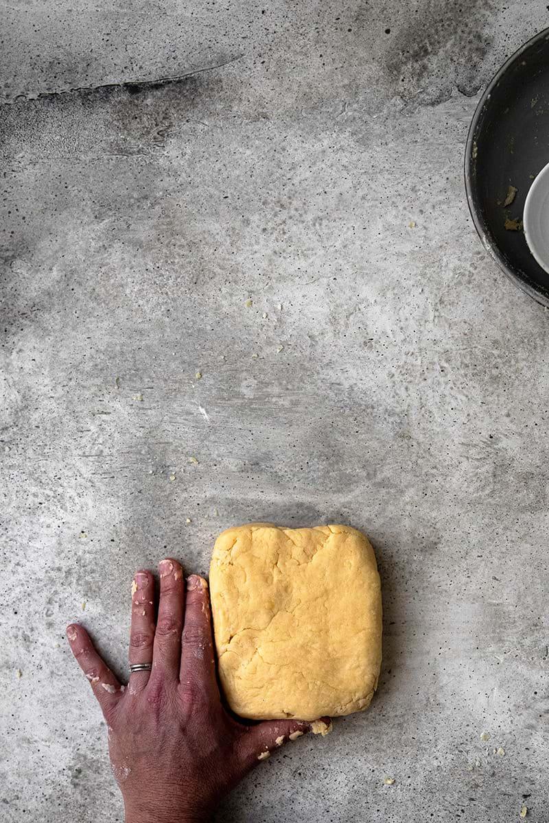 Plano aéreo de la masa para tarta en forma de rectángulo.