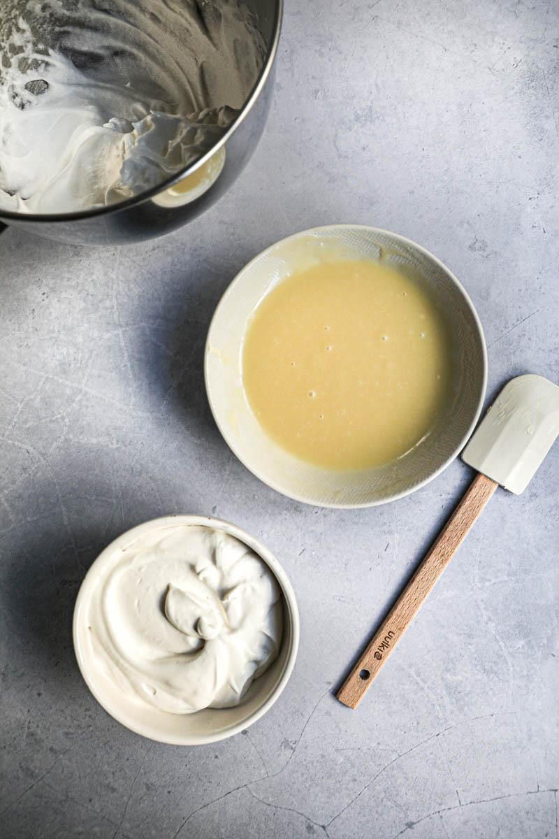 Los 3 componentes de la mousse de chocolate blanco listos: las claras batidas a nieve, la crema batida y la ganache de chocolate blanco.