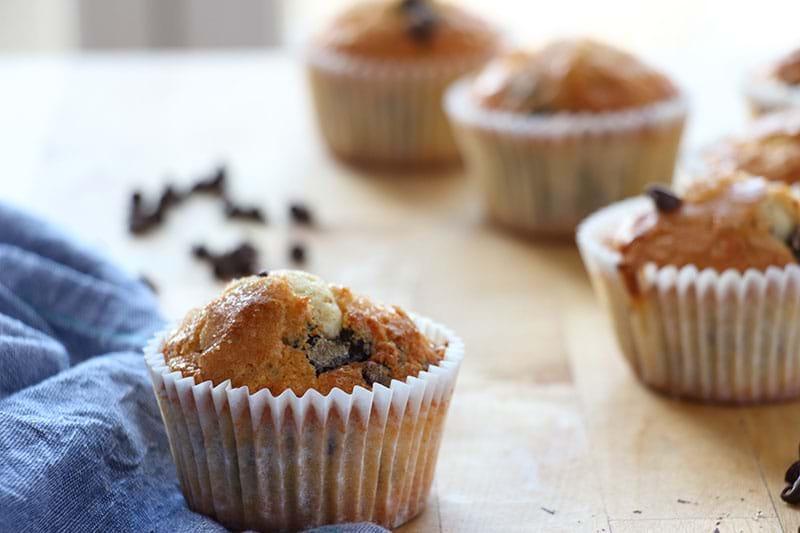 Plano de 90° un muffin de vainilla con chocolate en foco con los demás borrosos por detrás