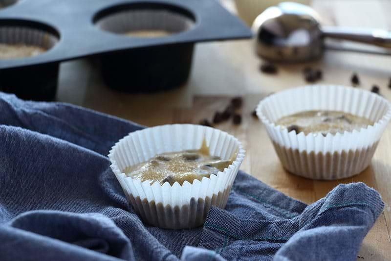 Primer plano de un pirotín relleno con la masa de muffin de vainilla y chocolate