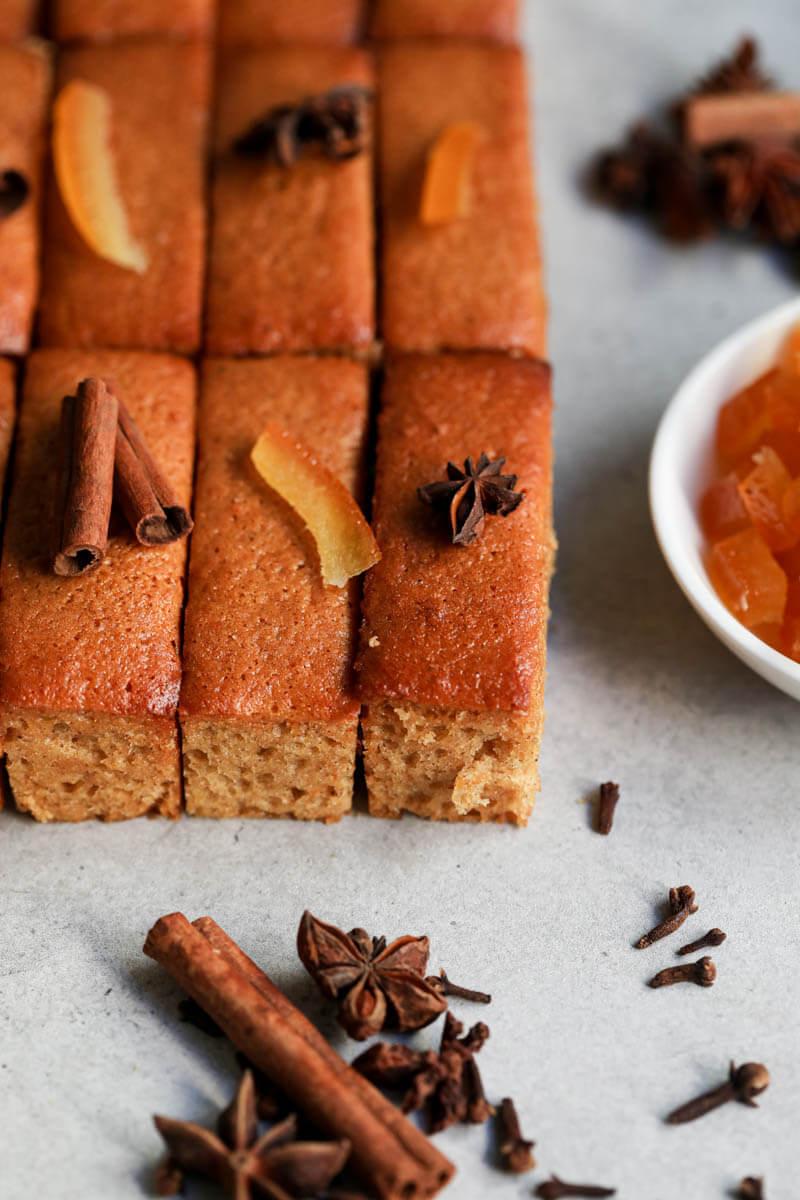 El pan de miel decorado con naranjas confitadas, anís y bastones de canela