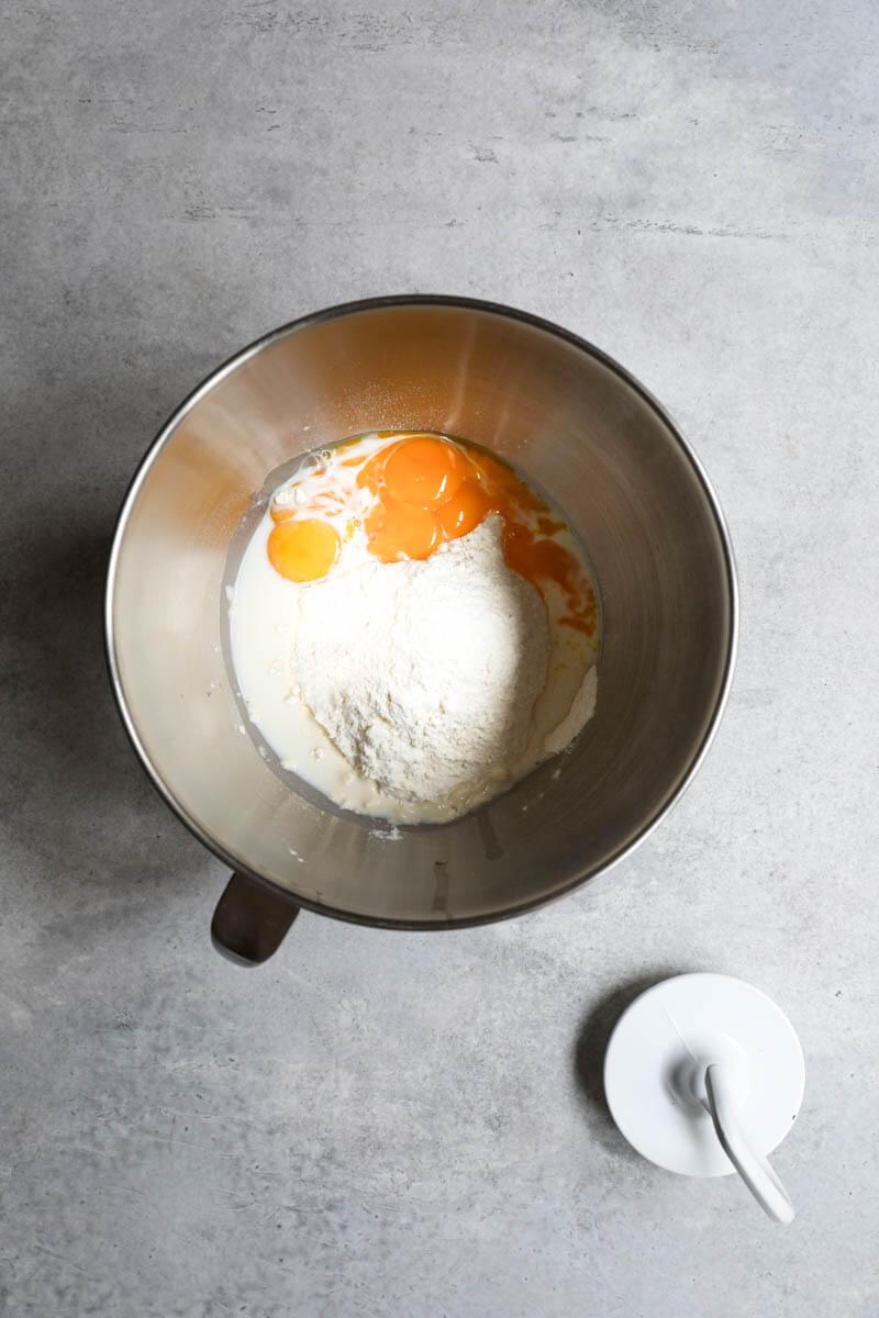 Un bol con harina, leche y yemas de huevo