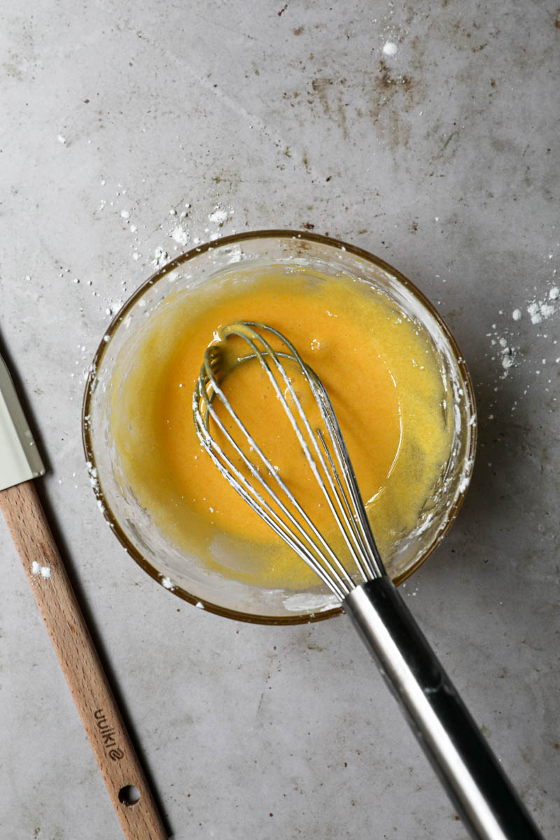 Los tres ingredientes para hacer la crema pastelera mezclados: yemas, azúcar y maicena.