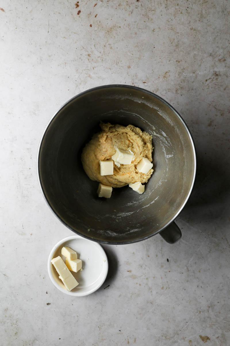 La masa masada más la mitad de la manteca dentro del bol.