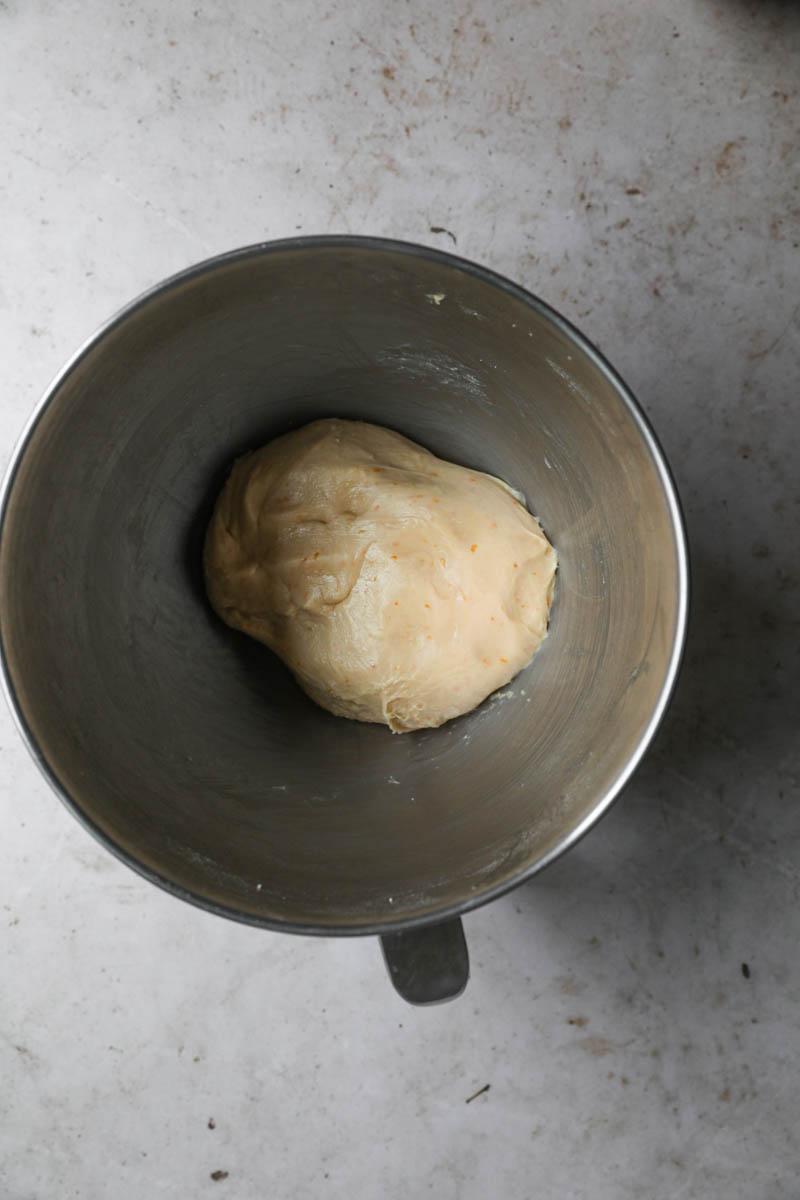 La masa de la rosca de Pascua después del amasado en el bol.