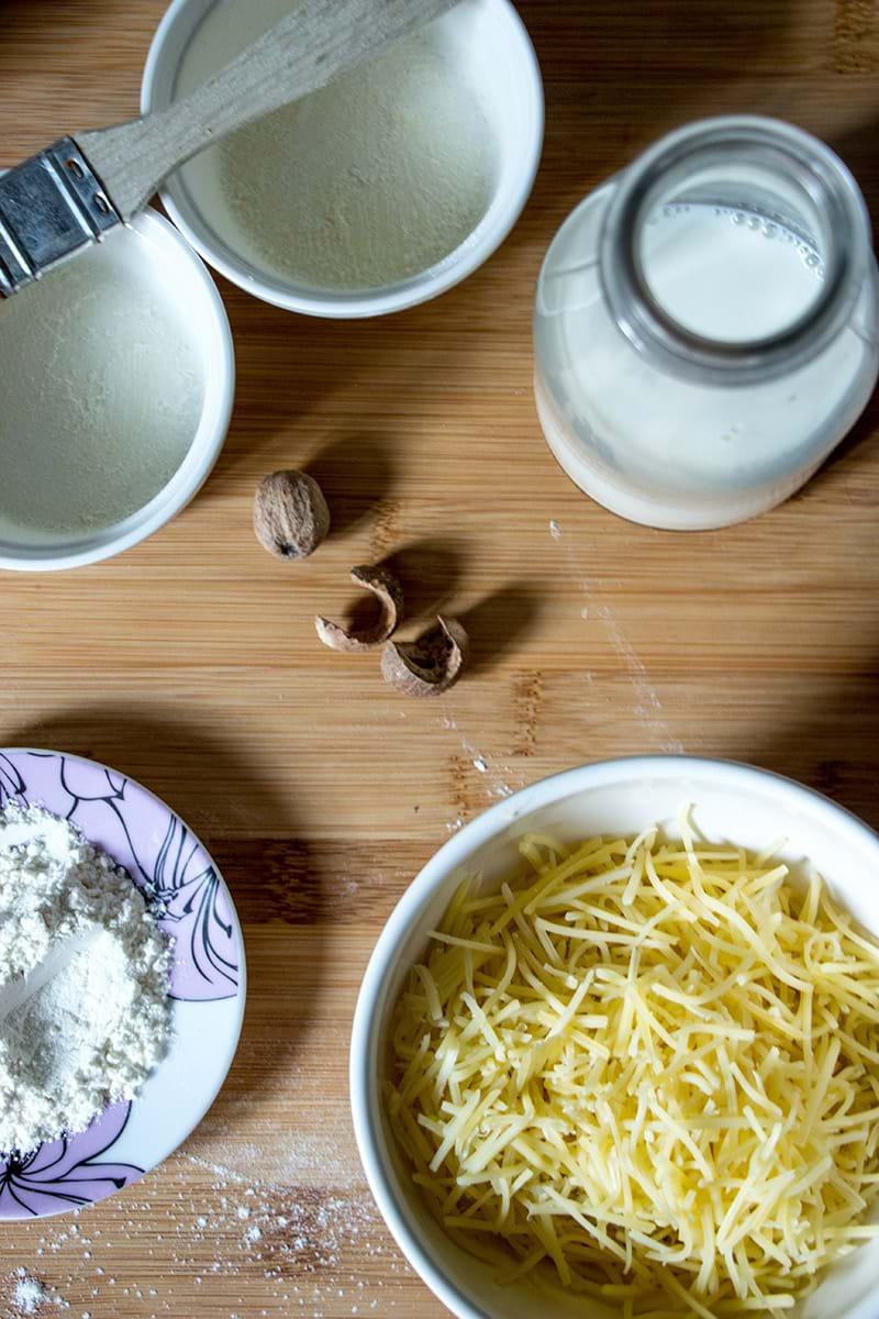 Plano aéreo de los ingredientes necesarios para realizar el soufflé de queso