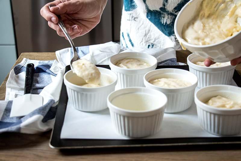 Rellenando los moldes con la mezcal del soufflé de queso