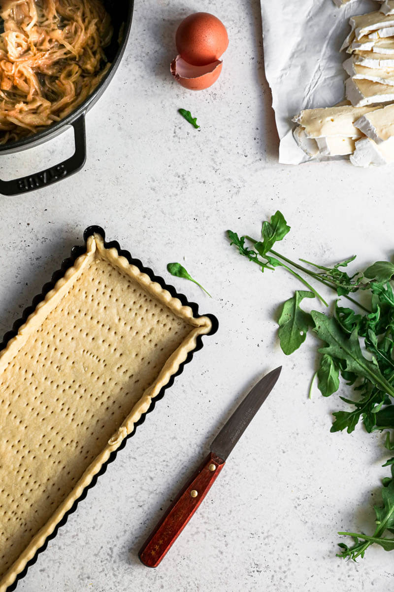 Plano aéreo de los ingredientes para la tarta de cebolla