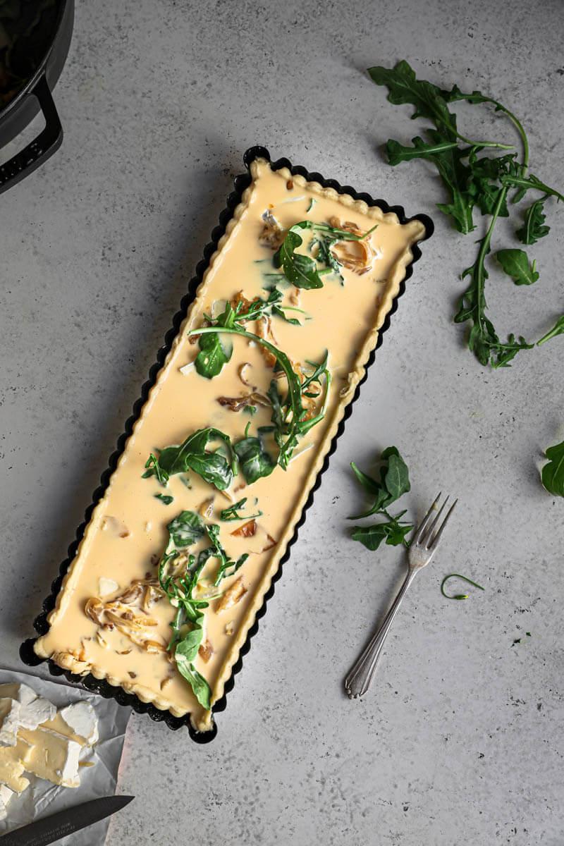 Plano aéreo de la tarta rellena con la crema