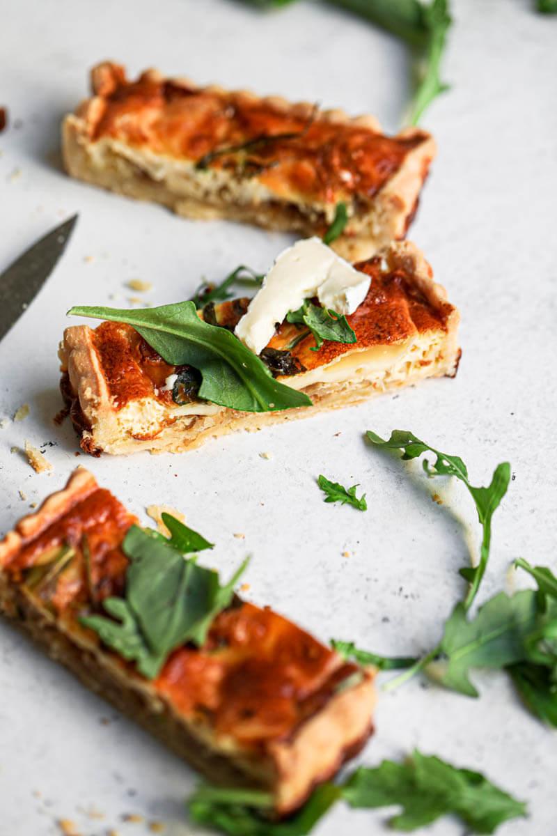 Plano de 45° 3 porciones de tarta de cebolla y queso