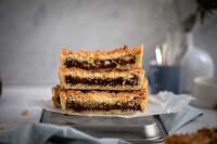 Plano de 90° de la tarta de coco rellena de dulce de leche cortada en porciones dispuestas en forma de torre