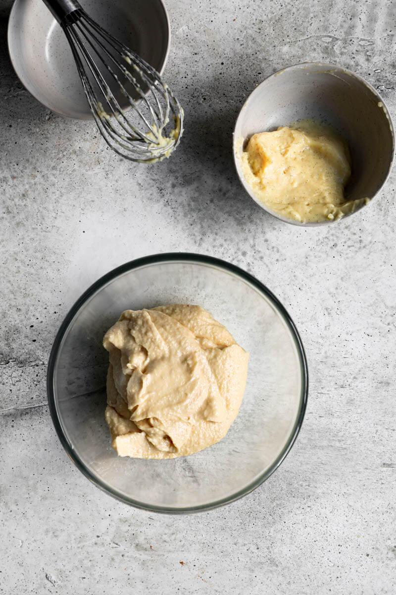 Plano aéreo de la crema de almendras y la crema pastelera en dos bols diferentes