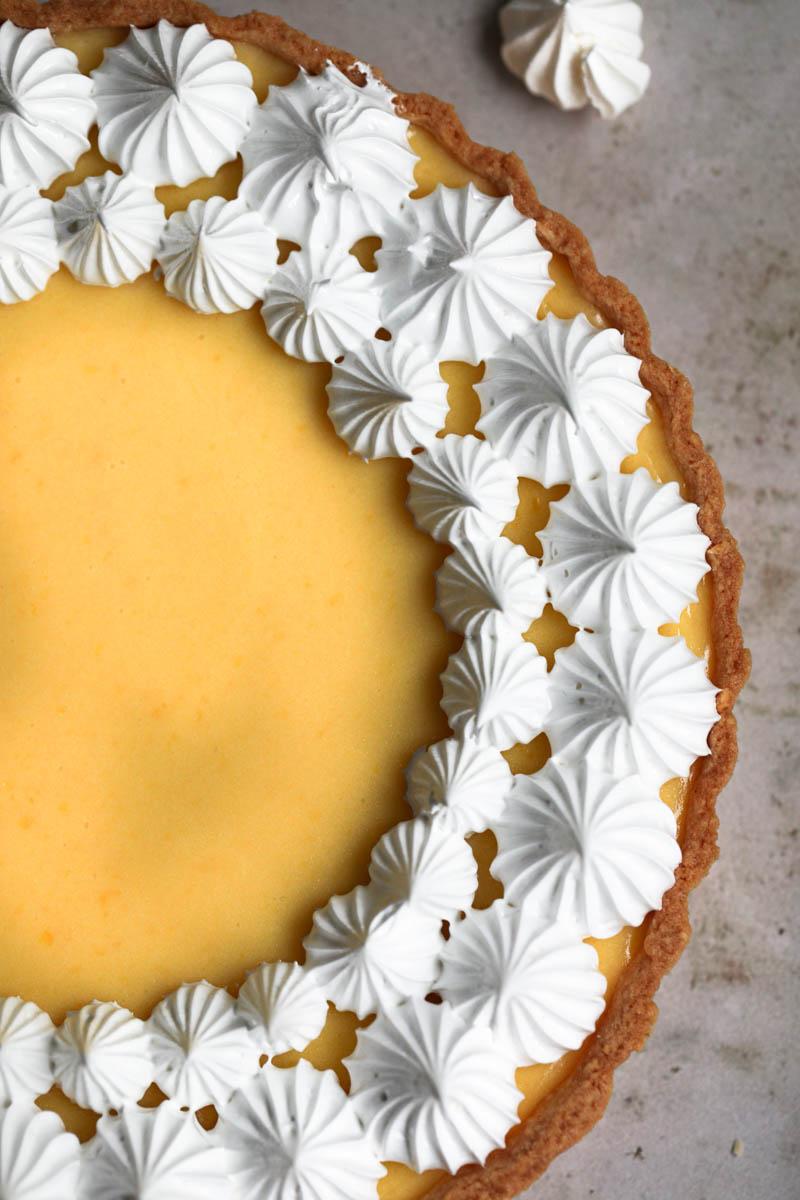 Primer plano de una parte de la tarta de limón con merengue vista desde arriba.